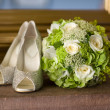 Wedding shoes and flowers bouquet — Stock Photo #13614916