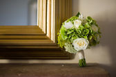 Wedding bouquet and mirror — Stock Photo