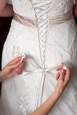 связывание бантом свадебное платье — Стоковое фото