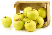 "Bunch of fresh ""Golden Delicious"" apples in a wooden crate — Stock Photo"