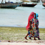 Muslim women enjoying the beach, Zanzibar — Stock Photo #15687655