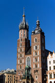 Two towers of St. Mary's Basilica on main  market sguare  in cracow in poland on blue sky background — 图库照片