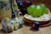 Roquefort blue cheese with grapes and crackers — Stockfoto
