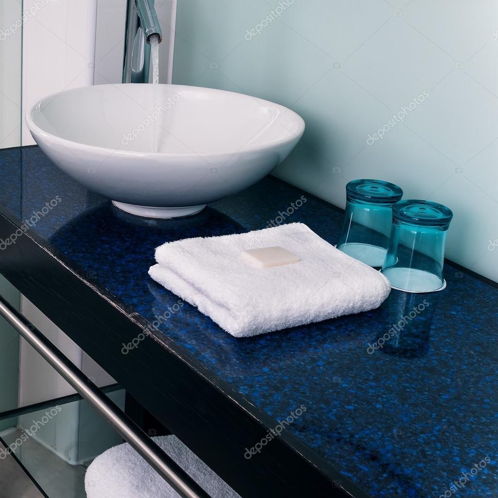 Banheiro pia balcão toalhas água vidro azul — Fotografias de Stock  #179AB2 1024x1024 Balcão Banheiro Pia