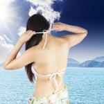 beskuren bild kvinna i bikini på stranden — Stockfoto