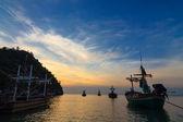 Rybářské lodě na západ nebo východ slunce, v thajsku. — Stock fotografie