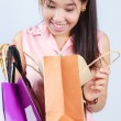 donne asiatiche in cerca shopping bag — Foto Stock