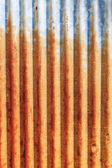 Una recinzione di metallo arrugginito ferro ondulato da vicino. muro di zinco — Foto Stock