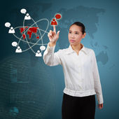 Femme d'affaires, liste des succes de communication sur écran virtuel. — Photo