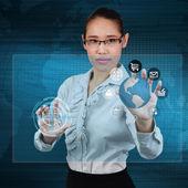 バーチャファイターでグローブとアイコン アプリケーションに触れる女性実業家 — ストック写真
