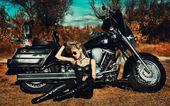 стилизованные фото молодая красивая женщина и велосипед — Стоковое фото