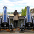 Woman Between Two Cannons — Stock Photo