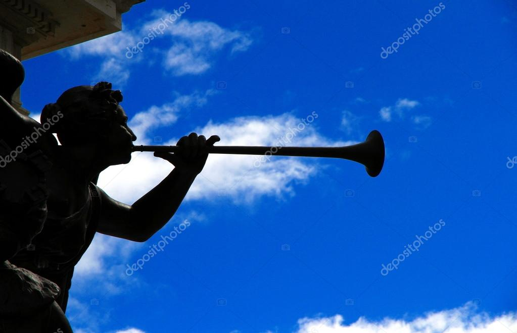 The statue of an angel playing a trumpet — Stock Photo #15354189
