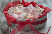 Marshmallow in the gift box — Stock Photo