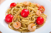 Spaghetti with shrimps and tomatoes — 图库照片