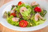 Fresh salad with seefood and tomatoes on the plate — 图库照片