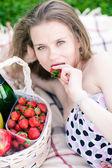 Beautiful woman on the picnic — Foto de Stock