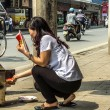 Vietnam Hanoi - March 2012: Burning fake money to please spirits — Stock fotografie
