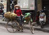 Vietnam Hanoi - March 2012: Female vendor selling pineapple — Stock Photo