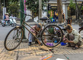 Vietnam Hanoi - March 2012: Bike repair business on a street — Stock Photo