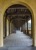 Vietnam Hué Citadel: long view into covered hallway with open side. — Foto de Stock