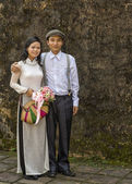 Vietnam Hué - 18 March 2012: Beautiful Bride and Groom. — Stock Photo