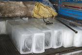 Velké trámy ledu a nástrojů, aby s nimi. — Stock fotografie