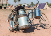 Bike with milk canisters on its side at Nagaur's cattle fair in — Stock Photo