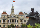 Ho Chi Minh statue and Saigon City Hall with flag. — Stock Photo