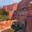 Red ramparts and empty moat of Agra Fort in India — Stock Photo