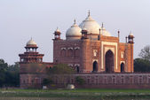 Monumental guesthouse on side of Taj Mahal at India's Agra duri — Stock Photo