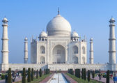 The white marble Taj Mahal mausoleum as a block against blue ski — Stock Photo