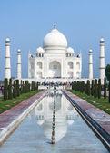 Visão de longo prazo no mausoléu de taj mahal com reflexo no canal em ind — Foto Stock