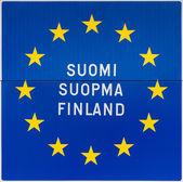 Европейский знак с именем Финляндии на трех языках. — Стоковое фото