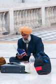 New Delhi - March 2011 - Sikh emigrant, sitting on the pavement, studies how to get legally into the USA. — Stock Photo