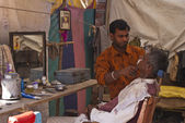 Nagaur in Rajasthan India - February 2011 - Typical small Indian barber shop. — Stockfoto