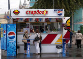 Russia Moscow - September 2010 - Fast food booth with Pepsi Soda advertisements on the streets of Moscow in Russia. — Foto de Stock