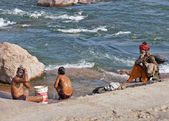 India Orchha - February 2011 - Men bath and wash up on shore of Betwa River under eye of Holy Man. — Foto de Stock
