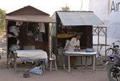 India Khajuraho - 24 February 2011 - Textile ironing operation along the streets of rural village. — Stock Photo