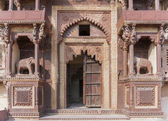 Monumental beige brown front entrance of Jehanghir Mahal Palace in India's Orchha. — Stock Photo