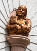 Mother Theresa Statue at Saint Mary's Basilica in Bangalore. — Stock Photo