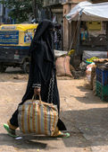 Veiled Muslim woman in Bangalore. — Stockfoto