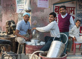 Street scene: manually making ice cream with chunks of ice to cool in Kanpur. — Stock Photo