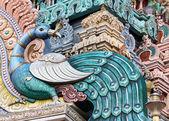 Pavo real en el gopuram del templo de la colina rathinagiri en vellore. — Foto de Stock