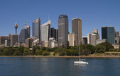 Sydney: Lone yacht with skyline as backdrop — Стоковое фото