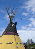 Indian tipi with Calgary skyline in background. — Stock Photo