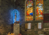 Tillbedjan av jungfru maria på notre dame-katedralen i saigon. — Stockfoto