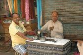 Hommes à une table avec une vieille machine à coudre, delhi — Photo
