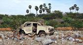 Vrak auta na ulici skládky odpadků — Stock fotografie