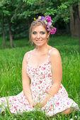 Niña con flores en el pelo — Foto de Stock